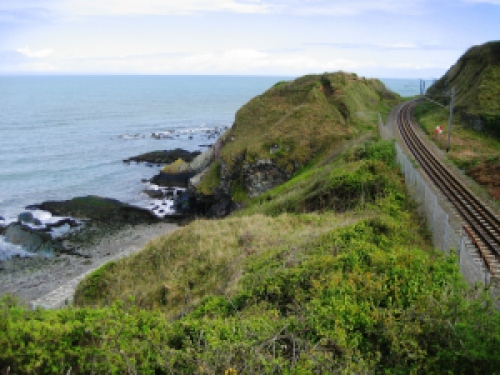 Ocean_cliffs_and_railroad_tracks